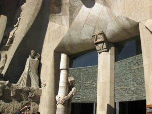 Вход в Храм Святого Семейства со стороны Фасада Страстей. Барселона. (Иллюстрация слева)